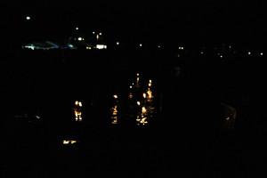 Fackelschwimmen bei Nacht